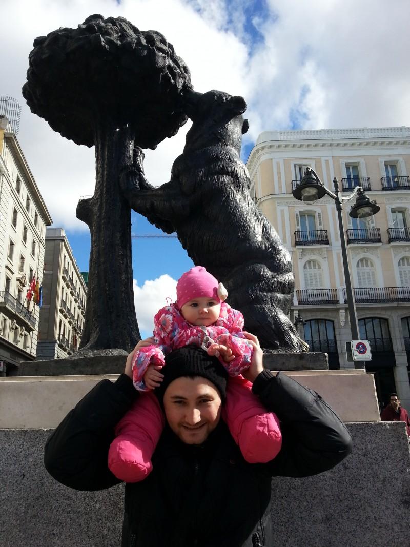 Cимвол Мадрида, памятник медведицы, поедающей плоды земляничного дерева.