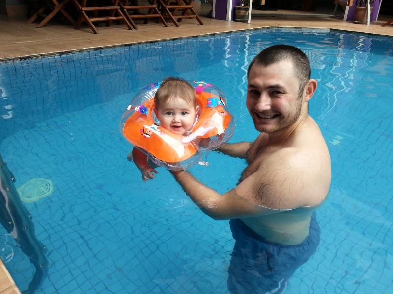 Сафия первый раз купается в бассейне
