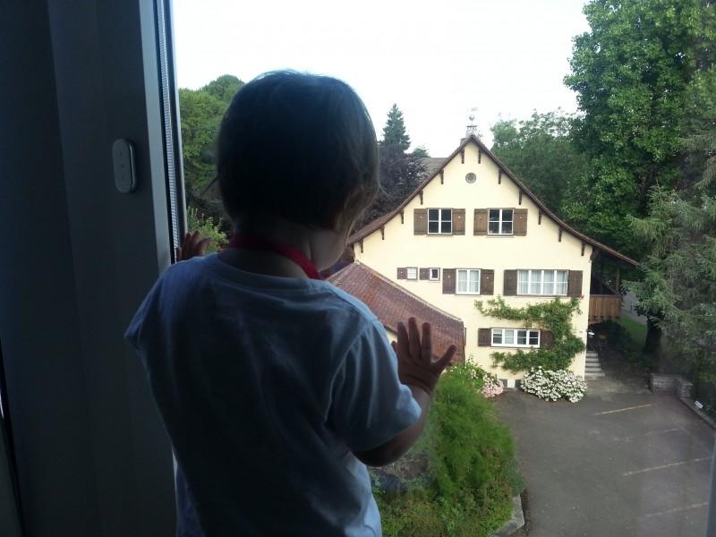 Сафия любуется видом на Клотен из окна нашего отеля